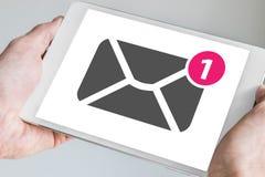 Mobiel e-mail die en overseinenconcept op touchscreen van moderne die tablet wordt getoond in twee handen wordt gehouden stock foto's