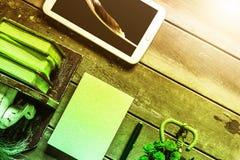 Mobiel en boek op hout stock afbeeldingen