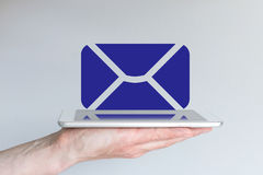 Mobiel gegevensverwerkings, e-mail en samenwerkingsconcept Hand die moderne zilveren en witte tablet of slimme telefoon houden Royalty-vrije Stock Foto
