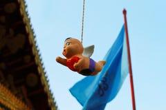Mobiel Hangend Weinig Cupido stock afbeeldingen