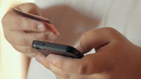 Mobiel het winkelen concept of Online bankwezen Sluit omhoog van mannelijke smartphone van de handholding en creditcard in een an royalty-vrije stock foto's