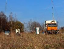 Mobiel meteorologisch station die aan de weg in het natuurlijke milieu werken De specialistendiagnostiek van het autokamp Weervoo royalty-vrije stock fotografie