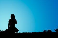 Mobiel silhouet van meisje dat gebruikt Stock Foto