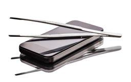 Mobiel telefoon en pincet stock foto's