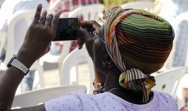 Mobiel zwart meisje stock foto's