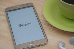 Mobiele apps maken het reizen van zo veel gemakkelijker Plan uw reis met EXPEDIA app Royalty-vrije Stock Afbeeldingen