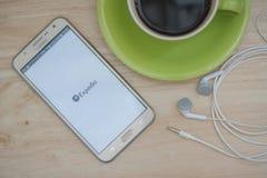Mobiele apps maken het reizen van zo veel gemakkelijker Plan uw reis met EXPEDIA app Royalty-vrije Stock Afbeelding