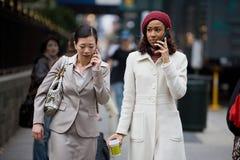 Mobiele BedrijfsVrouwen Stock Foto's