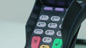 Mobiele Betaling Het ingaan van een veiligheidscode stock footage
