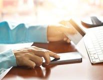Mobiele betalingen, die smartphone en creditcard voor online het winkelen gebruiken Stock Afbeelding