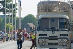Mobiele bioskoopbus in een overvolle stad met vlaggen op achtergrond Royalty-vrije Stock Foto