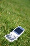 Mobiele celtelefoon op gras buiten Royalty-vrije Stock Fotografie