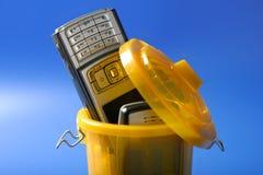 Mobiele celtelefoon op het afval Stock Foto's
