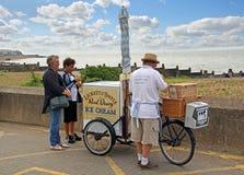Mobiele de fietskar van de roomijsverkoper stock foto
