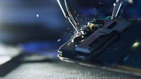 Mobiele de ontwikkelaar solderende draden van de telefooningenieur stock footage
