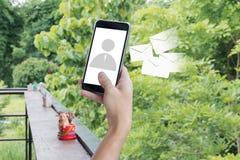 Mobiele de telefoonmens van de handgreep op vertoning en e-mailpictogram Zaken Stock Afbeeldingen