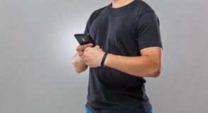 Mobiele de telefoonsynchronisatie van het mensengebruik met wearble apparaat royalty-vrije stock foto