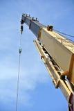 Mobiele die kraan aan het opheffen van zwaar materiaal bij bouwwerf wordt gebruikt Stock Afbeeldingen