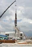 Mobiele die kraan aan het opheffen van zwaar materiaal bij bouwwerf wordt gebruikt Royalty-vrije Stock Fotografie