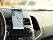 Mobiele die telefoon in het centrum van de voertuigconsole wordt gevestigd Zwarte het schermtelefoon in de auto royalty-vrije stock foto
