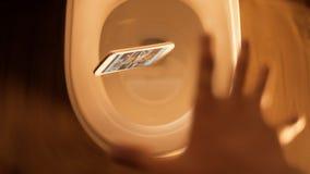 Mobiele die Telefoon in toilet wordt gelaten vallen Stock Afbeelding