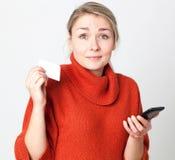 Mobiele handel voor het verraste jonge vrouw online betalen stock afbeeldingen