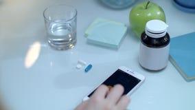 Mobiele herinneringstijd aan het nemen van geneeskunde Dagelijkse dosis geneesmiddelen stock video