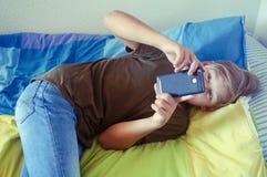 Mobiele jongensholding stock foto's