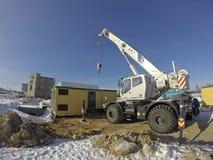 Mobiele kraan in het werk bij een bouwwerf stock foto
