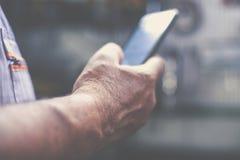 Mobiele mensenholding en lezingstekst royalty-vrije stock afbeelding