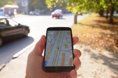 Mobiele navigatie op straat royalty-vrije stock foto