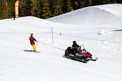 Mobiele sneeuw slepend een skiër in de hoge siërra wintersporten Mekka van Juni en Mammoetberg, Californië de V.S. royalty-vrije stock foto's