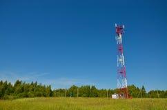 Mobiele telefoon cellulaire telecommunicatie radioantennetoren De toren van de celtelefoon tegen blauwe hemel Stock Foto