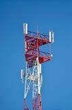 Mobiele telefoon cellulaire telecommunicatie radioantennetoren De toren van de celtelefoon tegen blauwe hemel Stock Fotografie