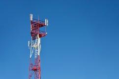 Mobiele telefoon cellulaire telecommunicatie radioantennetoren De toren van de celtelefoon tegen blauwe hemel Royalty-vrije Stock Afbeelding