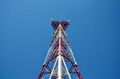 Mobiele telefoon cellulaire telecommunicatie radioantennetoren De toren van de celtelefoon tegen blauwe hemel Stock Afbeelding