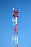Mobiele telefoon cellulaire telecommunicatie radioantennetoren De toren van de celtelefoon tegen blauwe hemel Stock Afbeeldingen
