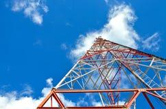 Mobiele telefoon cellulaire telecommunicatie radiotv-antennetoren tegen blauwe hemel Stock Foto's