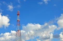 Mobiele telefoon cellulaire telecommunicatie radiotv-antennetoren tegen blauwe hemel Royalty-vrije Stock Afbeelding