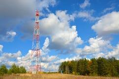 Mobiele telefoon cellulaire telecommunicatie radiotv-antennetoren tegen blauwe hemel Royalty-vrije Stock Foto's