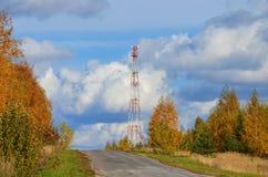 Mobiele telefoon cellulaire telecommunicatie radiotv-antennetoren tegen blauwe hemel Royalty-vrije Stock Fotografie