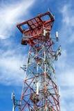 Mobiele Telefoon Cellulaire Toren tegen blauwe hemel en witte wolken Royalty-vrije Stock Fotografie