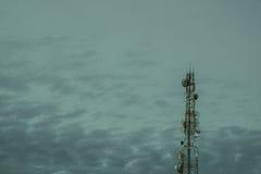 Mobiele telefoon communicatie antennetoren met de blauw hemel en c Royalty-vrije Stock Foto