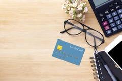 Mobiele telefoon, creditcard, glazen en calculator op hout textur Stock Foto's