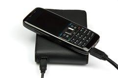 Mobiele telefoon die aan externe harde aandrijving wordt aangesloten Stock Afbeelding