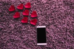 Mobiele telefoon die een bericht van liefde verzenden romantisch stock afbeeldingen