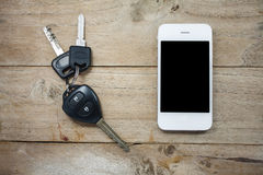 Mobiele telefoon en auto verre sleutels op hout Royalty-vrije Stock Afbeeldingen