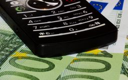 Mobiele telefoon en euro bankbiljetten Royalty-vrije Stock Foto's