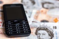 Mobiele telefoon en het UK tien pondennota's Stock Afbeeldingen