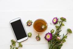 Mobiele telefoon en Kruiden gezonde dranken heet de cocktailwater van de citroenthee stock afbeelding